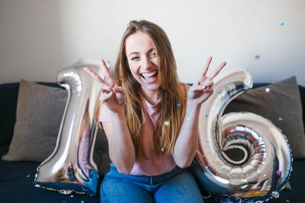 Adolescente celebrando cumpleaños con globos Foto gratis