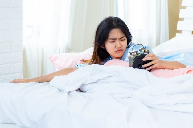 Adolescente despertado en la mañana tarde Foto gratis