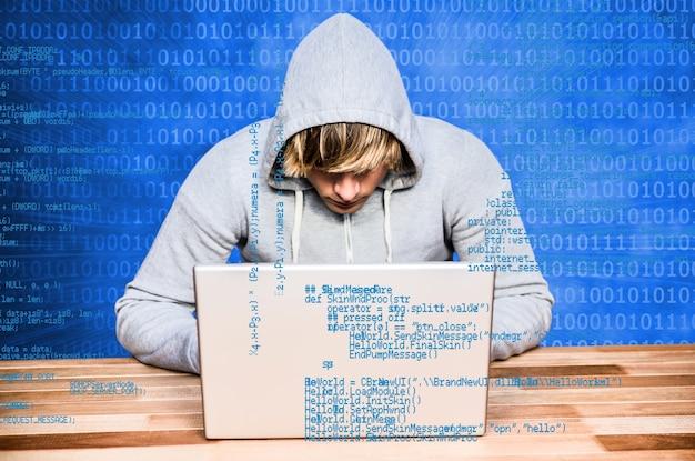 Adolescente estudiando informática Foto gratis