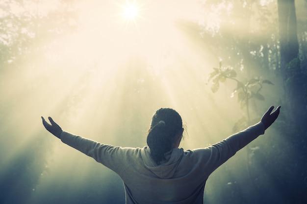 Adolescente con la oración. concepto de paz, esperanza, sueños. Foto gratis