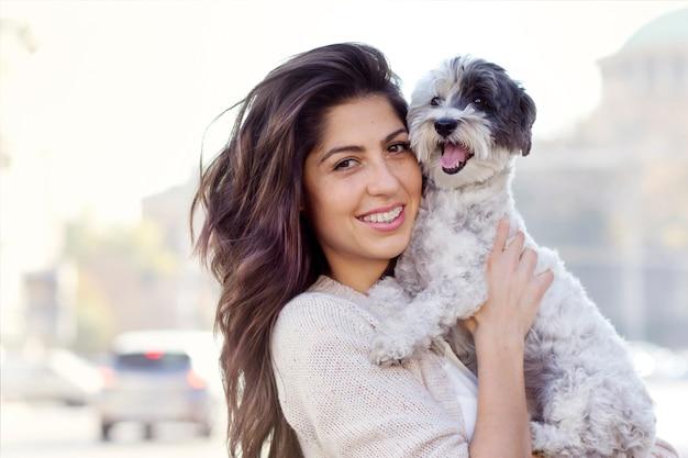 Adolescente pasando el día con su perro Foto gratis