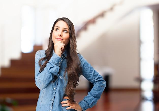 Adolescente pensativa llevando camiseta vaquera Foto Gratis