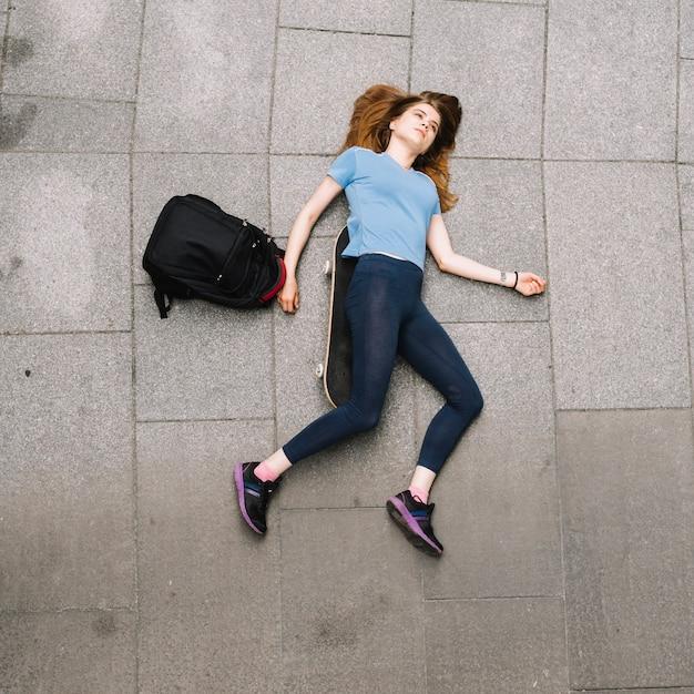 adolescente tirado en el suelo descargar fotos gratis