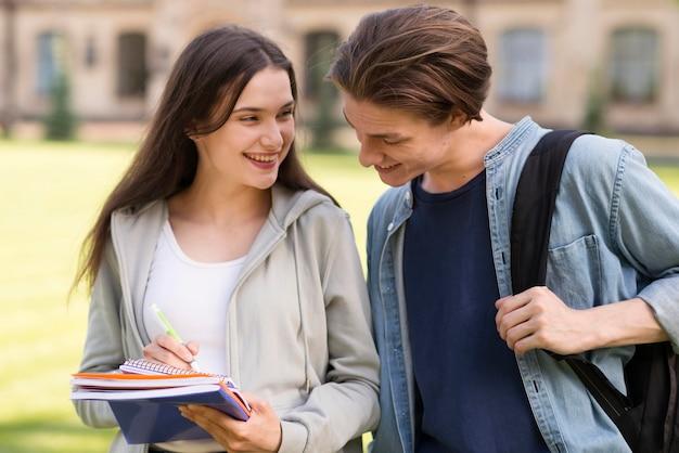 Adolescentes felices de volver a la universidad Foto gratis
