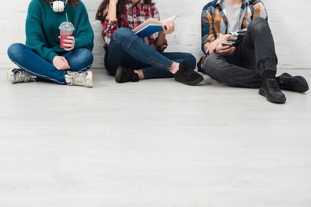Adolescentes sentados juntos Foto gratis