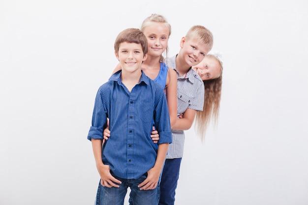Los adolescentes sonrientes en blanco Foto gratis