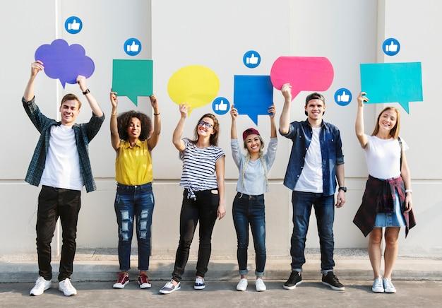 Adolescentes sosteniendo cuadros de texto Foto gratis