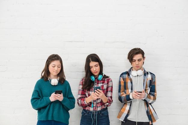 Adolescentes utilizando smartphone Foto gratis