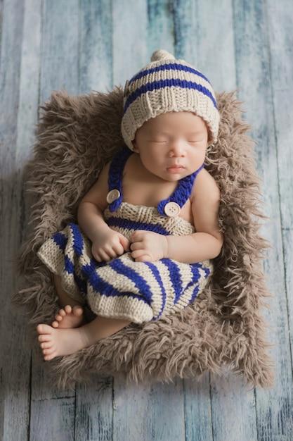 Adorable bebé recién nacido durmiendo en una habitación acogedora. Foto Premium
