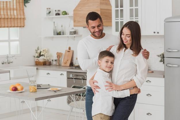 Adorable familia feliz juntos Foto gratis