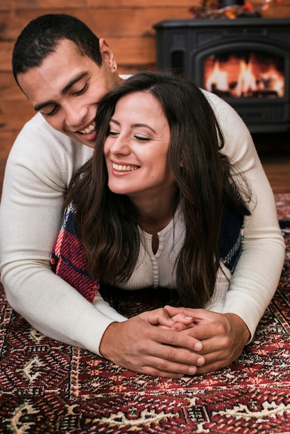 Adorable joven pareja enamorada Foto gratis