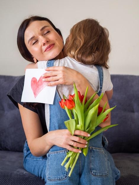 Adorable jovencita abrazando a su madre Foto gratis