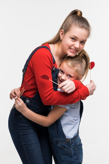 Adorable jovencita posando juntos Foto gratis