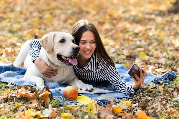 Adorable labrador con mujer joven Foto gratis