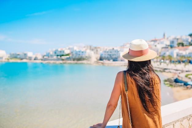 Adorable niña en la ciudad europea al aire libre en peschici Foto Premium