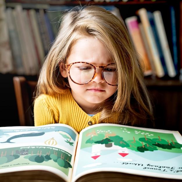 Adorable niña con gafas que se estresó Foto gratis