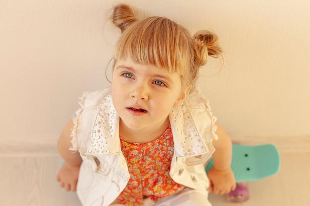 Adorable niña vista de ángulo alto Foto gratis