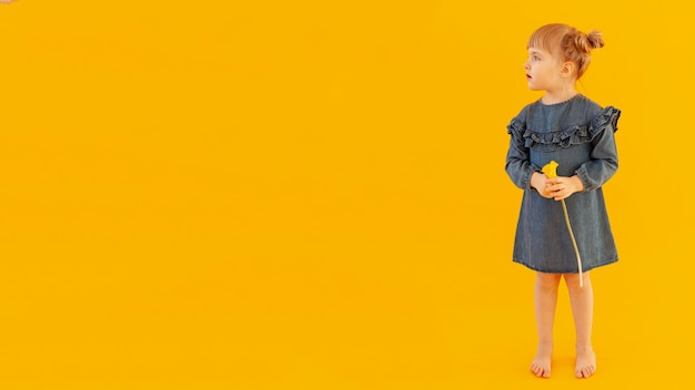 Adorable niño con espacio de copia Foto gratis