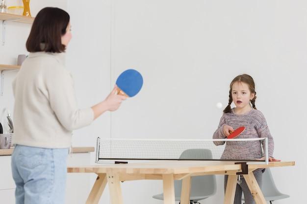 Adorable niño y mamá jugando en el interior Foto gratis