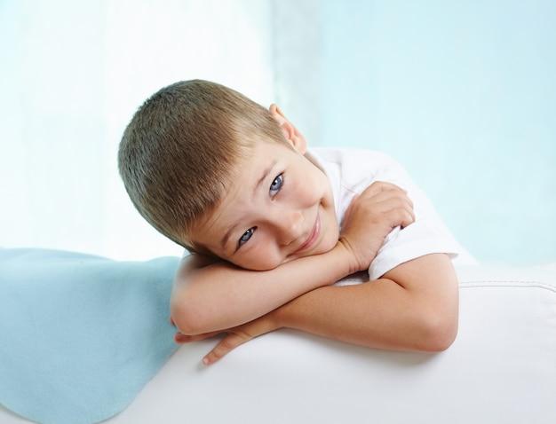 Adorable ni o peque o en el sof descargar fotos gratis - Foto nino pequeno ...