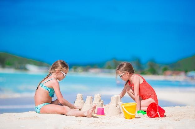Adorables niñas durante las vacaciones de verano en la playa Foto Premium