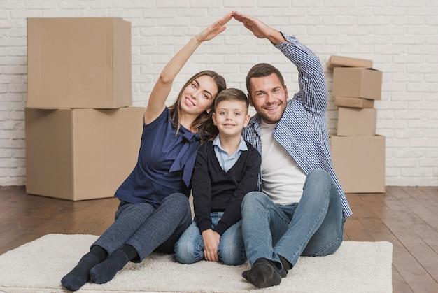 Adorables padres con hijo en casa Foto gratis