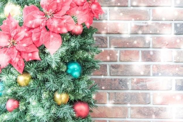 Adorno de navidad con bolas de colores y una pared de - Bola de navidad con foto ...