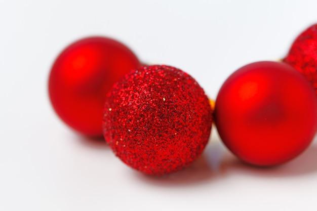 Adornos de árbol de navidad aislado sobre fondo blanco. Foto Premium