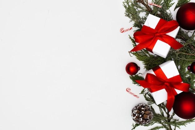 Adornos navideños con cajas de regalo con espacio de copia Foto gratis