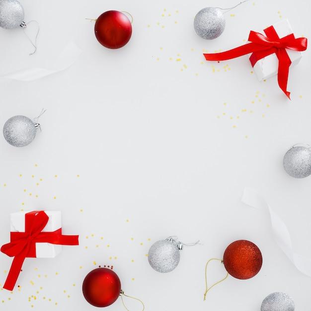 Adornos navideños con espacio de copia en el centro de la composición. Foto gratis
