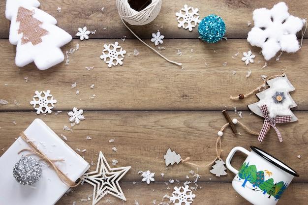 Adornos navideños festivos con espacio de copia Foto gratis