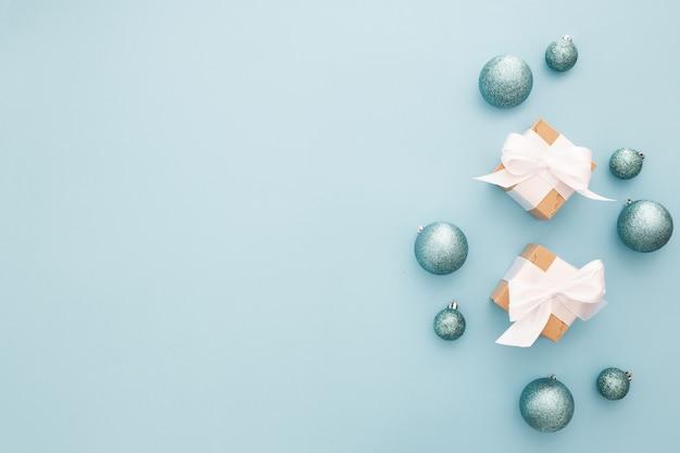 Adornos navideños sobre un fondo azul claro Foto gratis