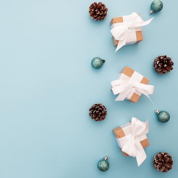 Adornos navideños sobre un fondo azul con copyspace Foto gratis