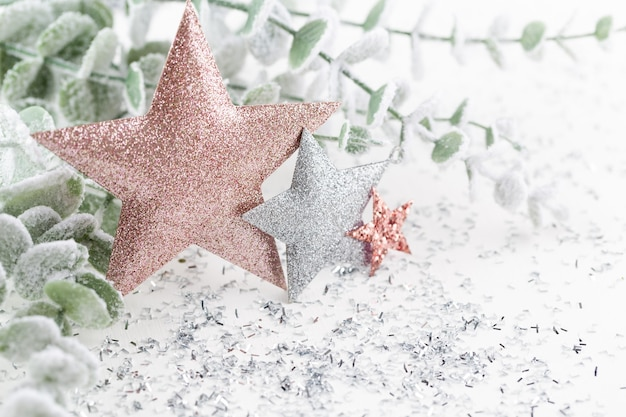 Adornos navideños sobre fondo blanco. Foto Premium