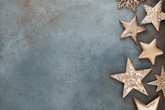 Adornos navideños sobre fondo oscuro rústico Foto Premium