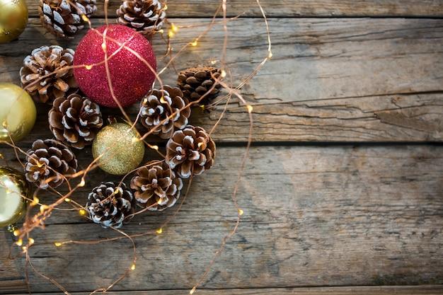 Adornos navide os sobre una mesa de madera descargar - Adornos para fotos gratis ...