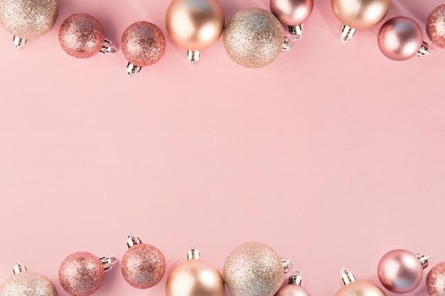 Adornos rosas en fila en rosa Foto gratis