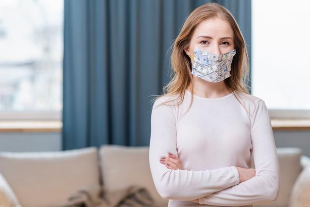 Adulto joven con una máscara de protección vista media Foto Premium