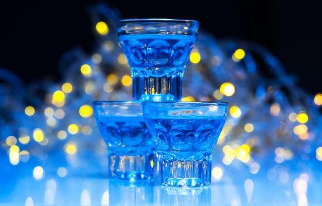 Los adultos van a discotecas para beber alcohol y divertirse Foto gratis