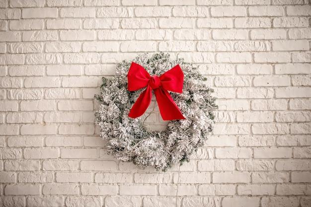 Adviento de navidad corona de pino decorada festivamente Foto Premium