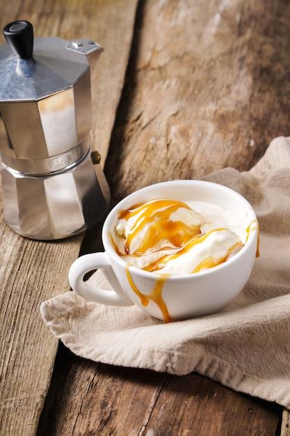 Affogato café con helado en una taza Foto gratis
