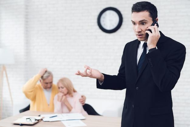 El agente de bienes raíces está discutiendo con entusiasmo algo en el teléfono Foto Premium
