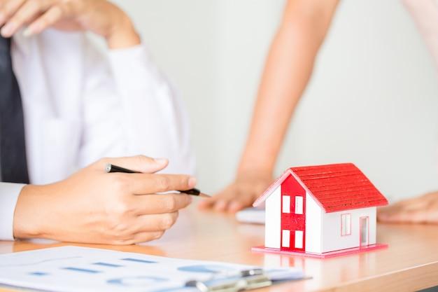 Agente de bienes raíces para presentar la propiedad (casa) Foto gratis