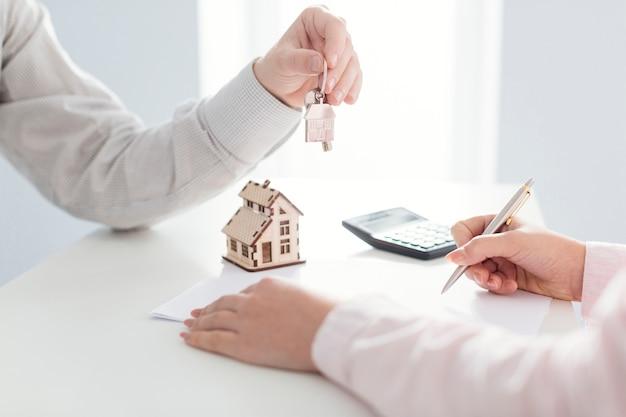 Agente inmobiliario y firma del cliente Foto gratis