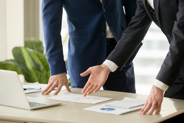 Agente inmobiliario mostrando el plan de la casa al comprador. Foto gratis