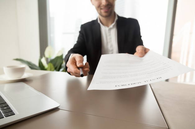 Agente inmobiliario ofrece firmar contrato de alquiler. Foto gratis