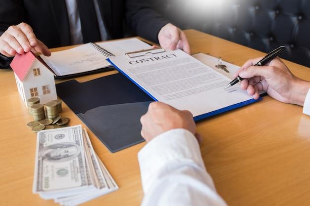 Agente inmobiliario que entrega las llaves de la casa. firma del acuerdo. Foto Premium