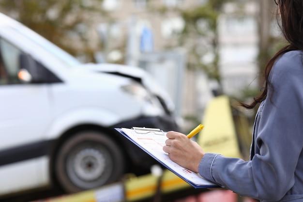 El agente de seguros llena la documentación después del accidente. Foto Premium