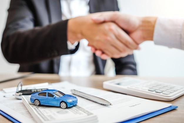Agente de venta acuerdo de apretón de manos para acordar contrato de préstamo de automóvil exitoso con el cliente y firmar contrato de contrato concepto de automóvil de seguro Foto Premium