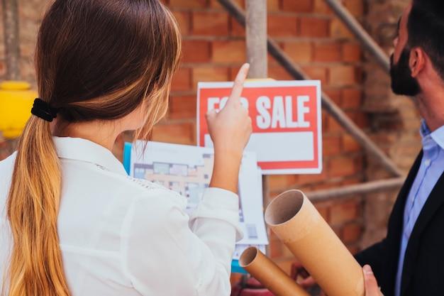 Agentes inmobiliarios visitando las obras Foto Gratis